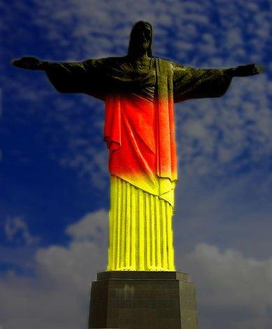 Christus Statue in Schwarz-Rot-Gold