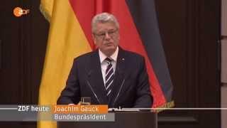 Gauks Fluechtlingsrede vor Goldumrandeter Flagge